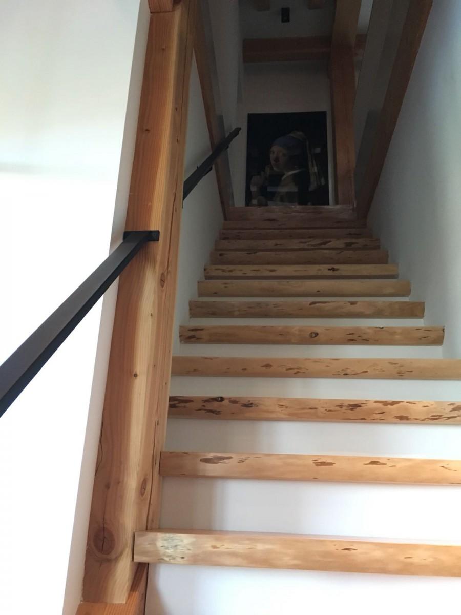 Robuuste trap hout en huis in stijl for Trap naar boven