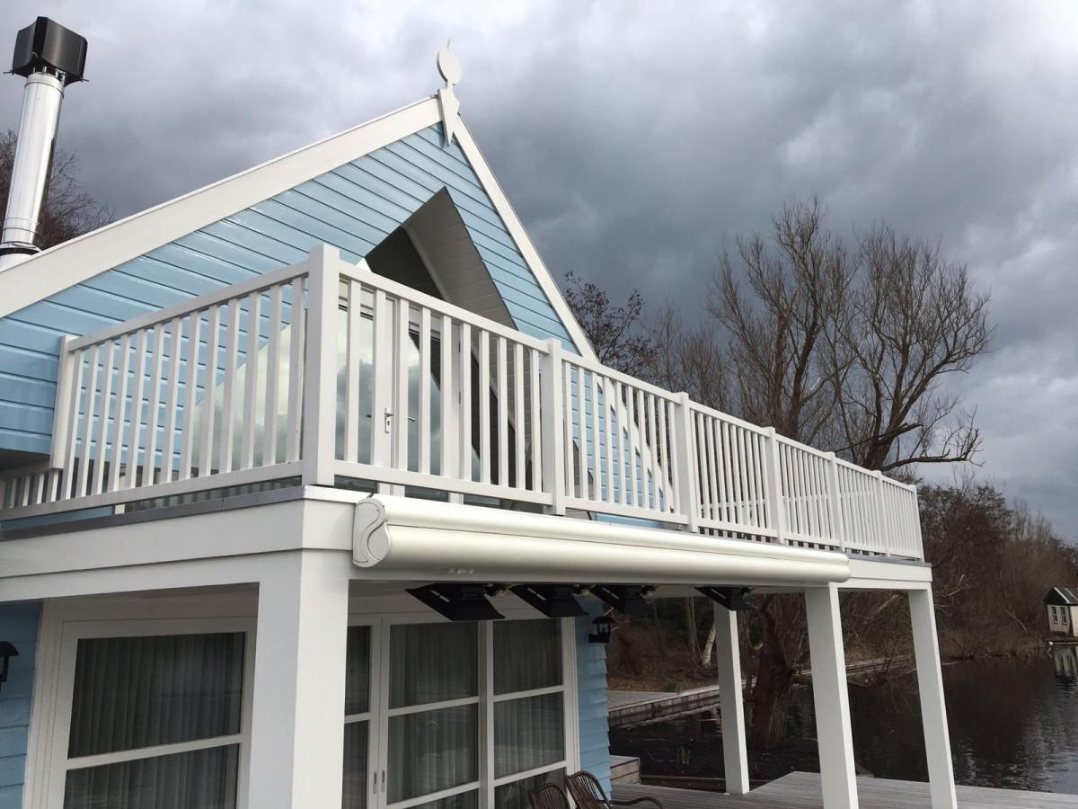Veranda s hout en huis in stijl - Balkon veranda ...