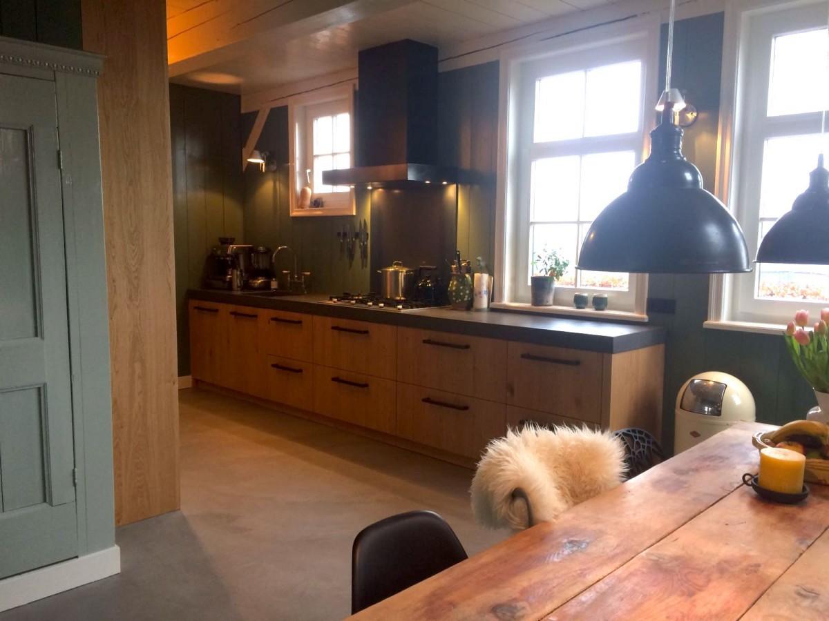 eikenhouten keuken met betonlook blad