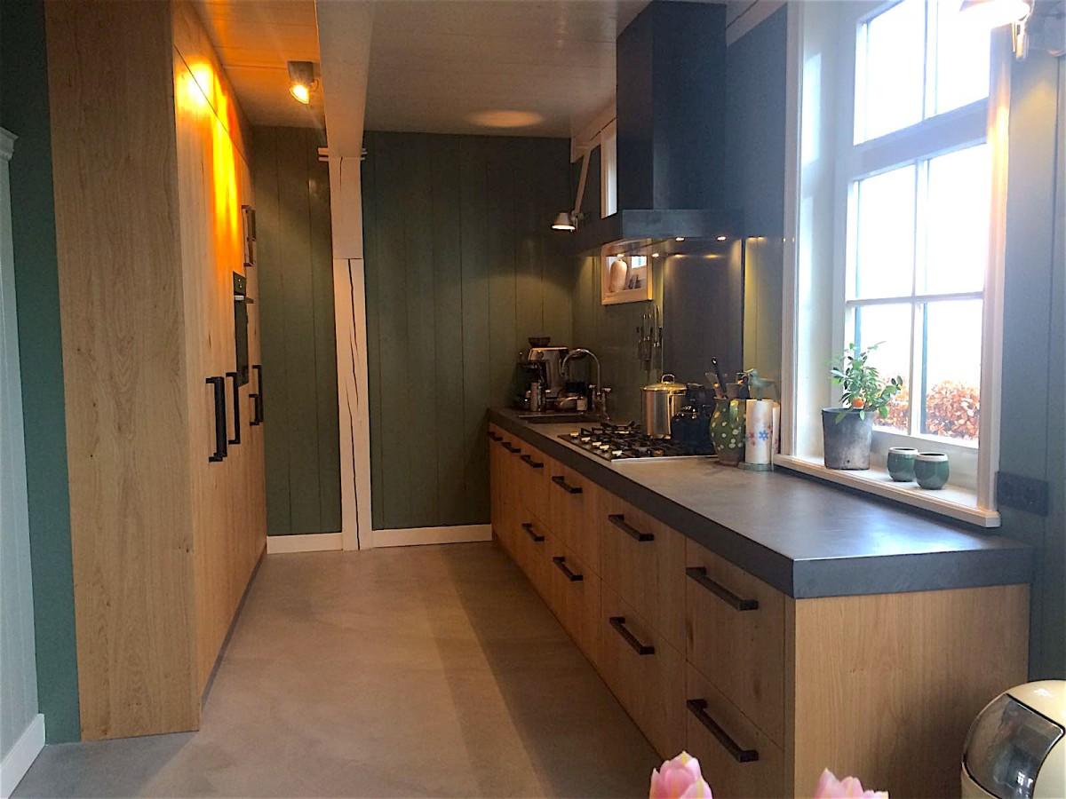 Keuken van eikenhout met betonlook blad